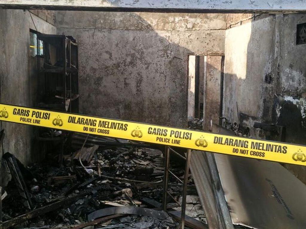Satu Rumah di Permukiman Bidara Cina yang Terbakar Digaris Polisi