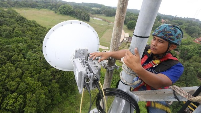 Pemasangan infrastruktur jaringan oleh XL Axiata. Foto: XL Axiata