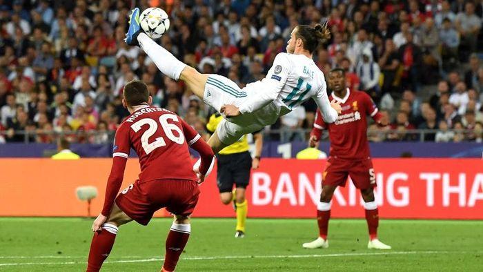 Gareth Bale masuk di menit ke-61 saat Madrid menghadapi Liverpool, ketika skor menunjukkan 1-1. Cuma beberapa menit uasi masuk, Bale membuat gol cantik lewat salto. Ia menggenapi aksinya sebagai supersub dengan gol lain untuk membuat Madrid menang 3-1. (Foto: David Ramos/Getty Images)