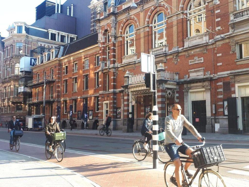 Orang Amsterdam Itu Baik-baik, Tapi Tidak Saat Naik Sepeda
