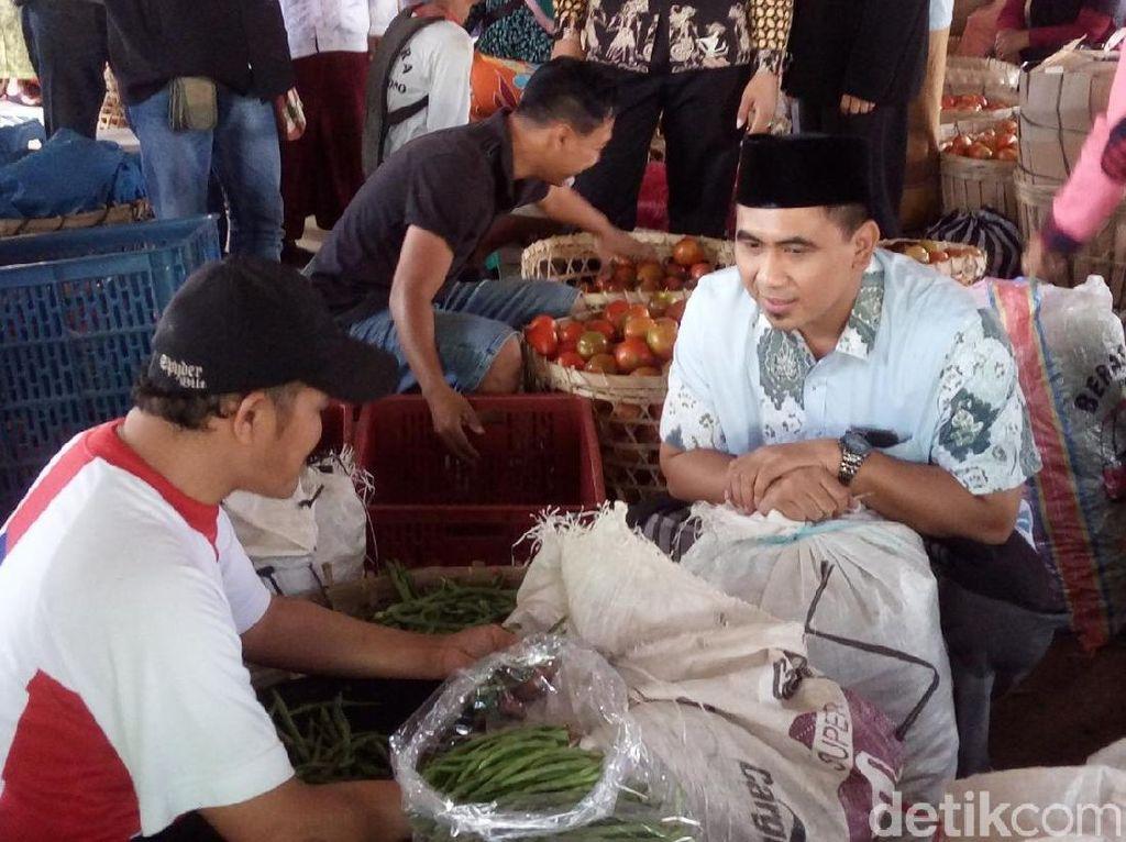 Di Bandungan Semarang, Gus Yasin Temui Pedagang dan Beli Sayur