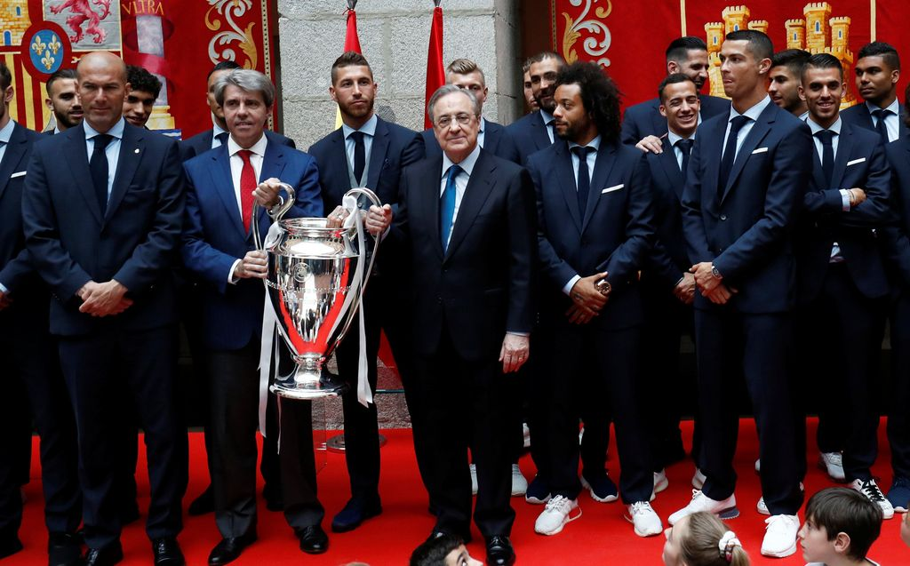 Soccer Football - Real Madrid celebrate winning the Champions League Final - Madrid, Spain - May 27, 2018   Real Madrid players and coach Zinedine Zidane celebrate with president Florentino Perez and the trophy during ceremony    REUTERS/Javier Barbancho
