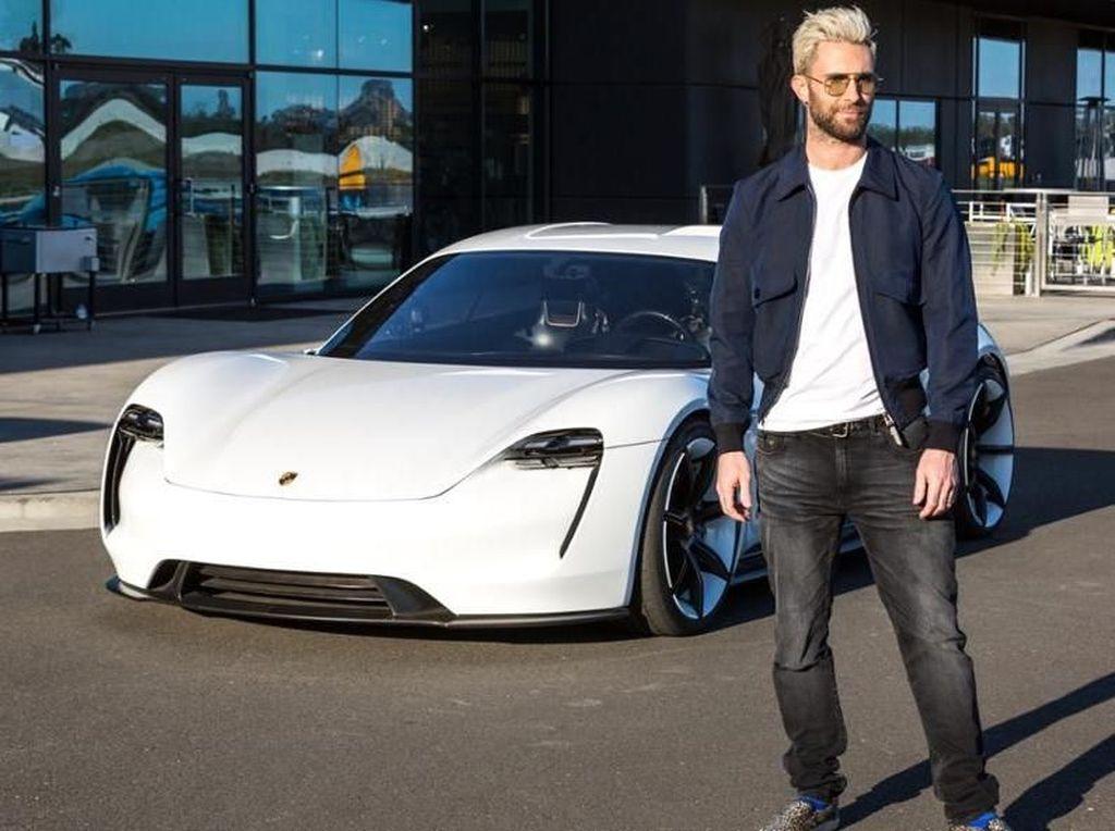 Adam Levine Jajal Mobil Listrik Pertama Porsche