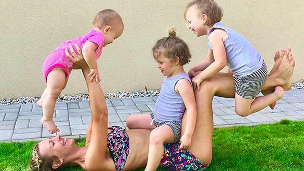 Gaya Kompak Ibu dan 3 Buah Hatinya, Ikut Senang Melihatnya