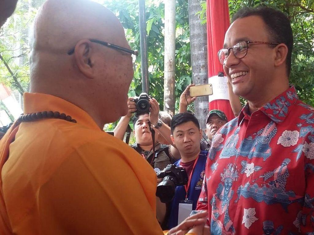 Rayakan Waisak, Anies Minta Sering Diundang di Acara Umat Buddha