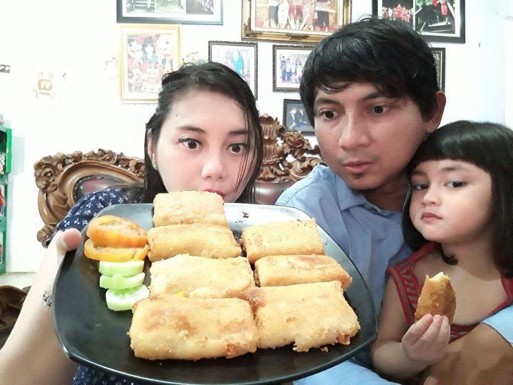 Lihat Serunya Pelawak Aden Bajaj Saat Kulineran Bareng Keluarga