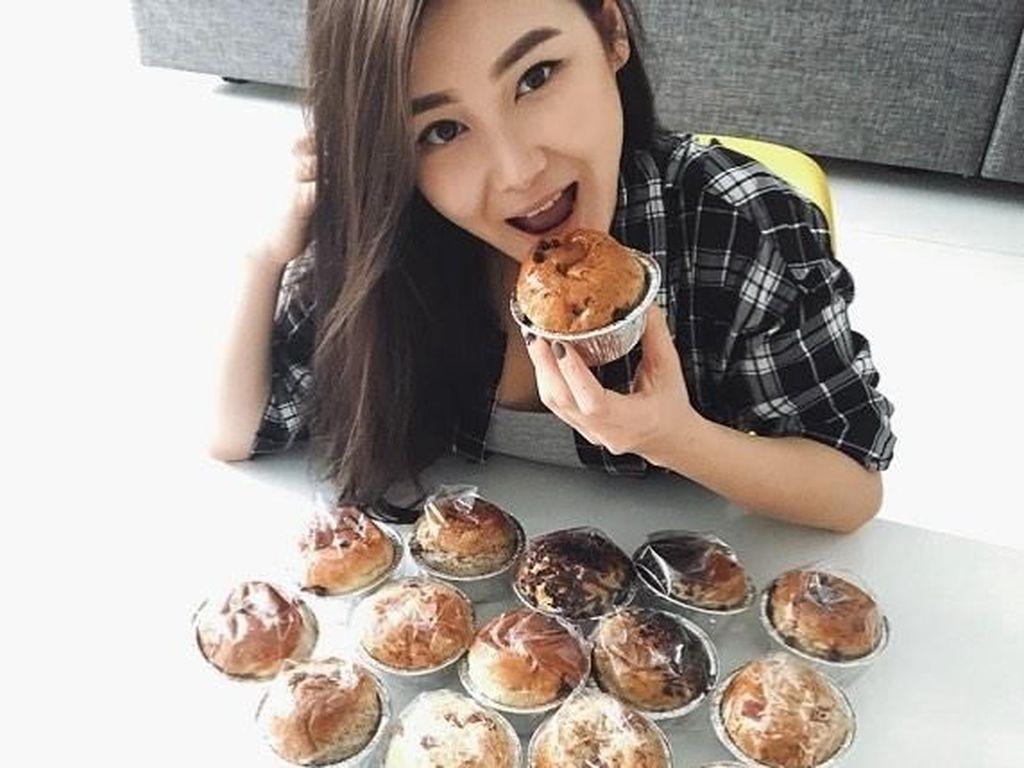 10 Pose Karen Vendela, Si Cantik Pacar Boy William Saat Makan