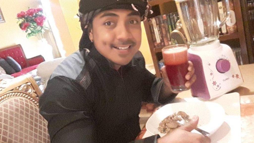 Pose Keren Ustaz Riza Muhammad Saat Makan Pindang dan Minum Jus