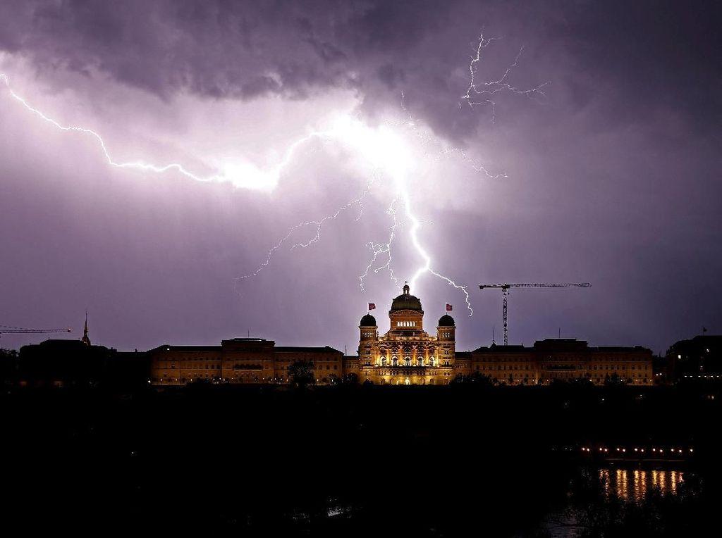 Dahsyatnya Kilat yang Terangi Langit di Atas Istana Federal Swiss