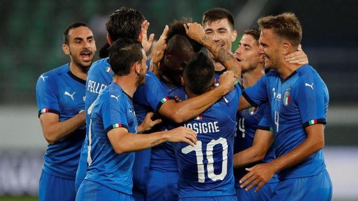 Mario Balotelli merayakan gol pertama Italia ke gawang Arab Saudi bersama rekan-rekannya (Foto: Arnd Wiegmann/Reuters)