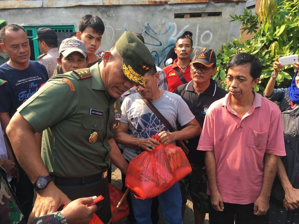 Tinjau Lokasi Kebakaran Bidara Cina, Pangdam Jaya Beri Bantuan