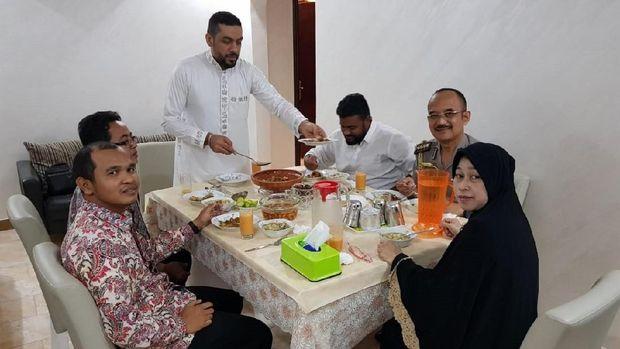 Tim KBRI Riyadh di rumah sponsor/kafil Dr. Fahad