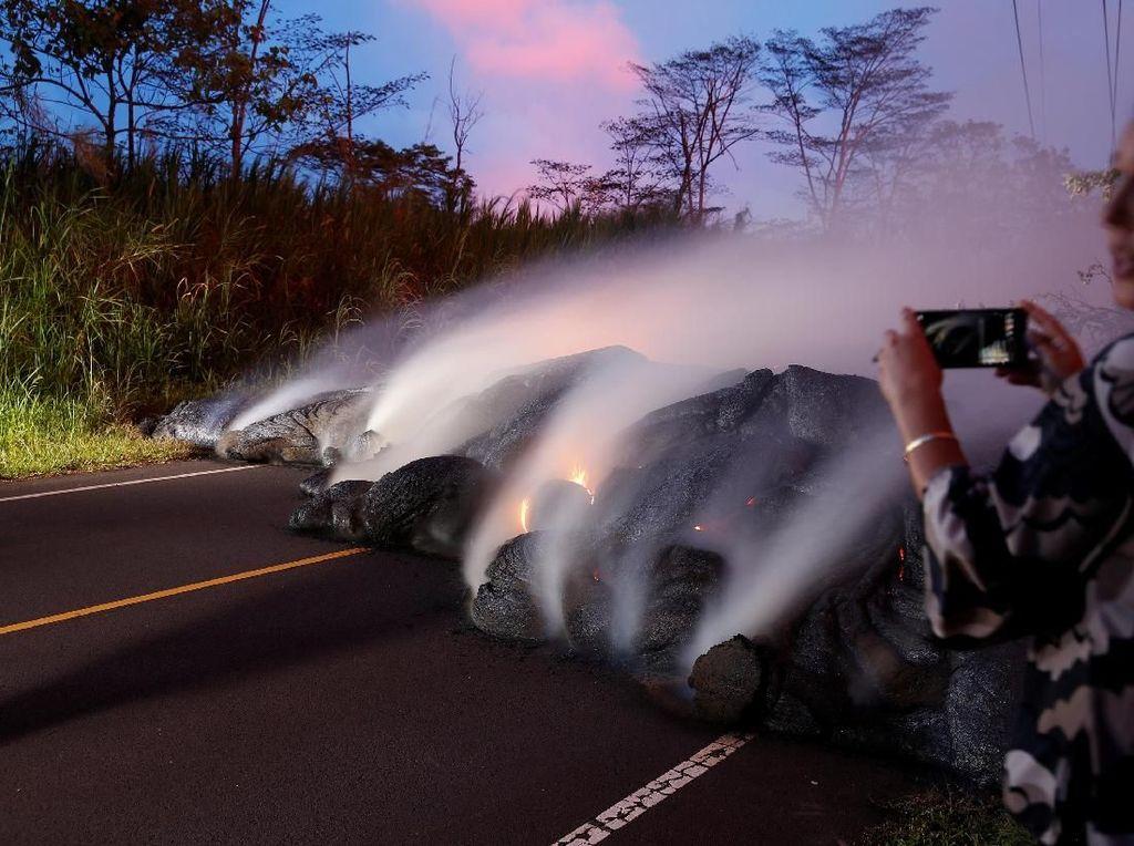 Nekat! Wartawan Ini Ambil Foto Lava dari Jarak Super Dekat