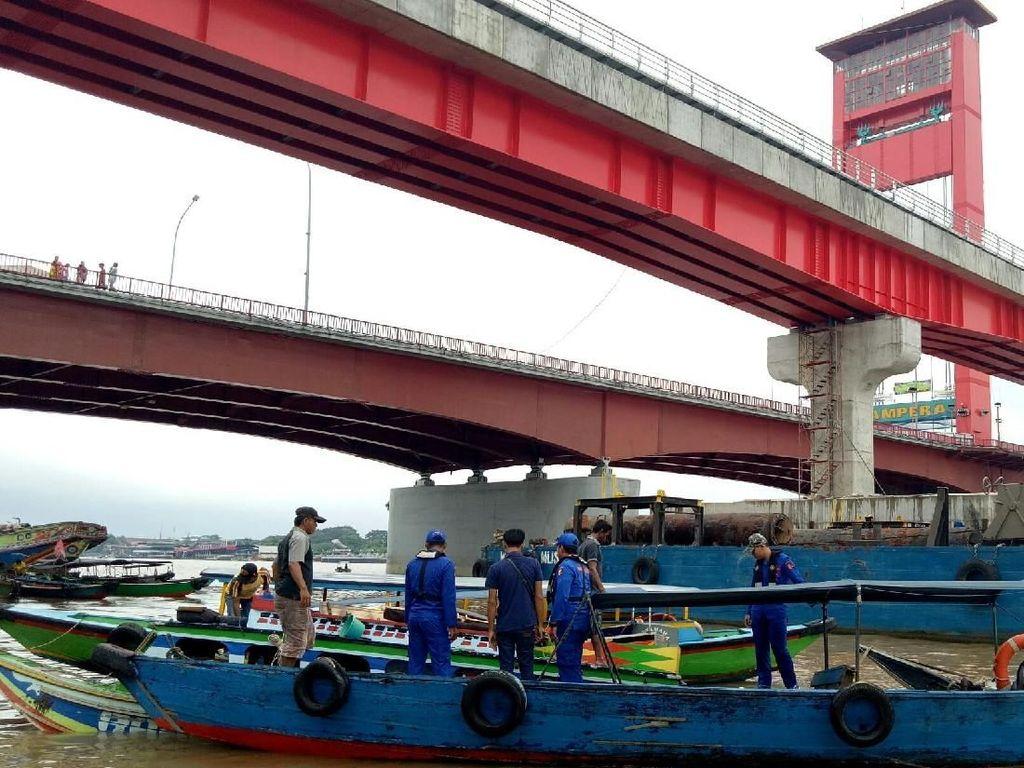 Kapal Tabrakan di Bawah Jembatan Ampera, 4 Orang Belum Ditemukan