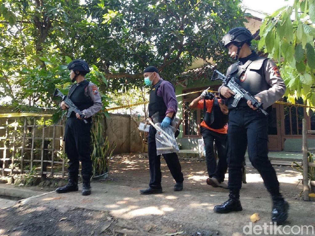 Geledah Rumah Terduga Teroris Probolinggo, Ini yang Disita Densus