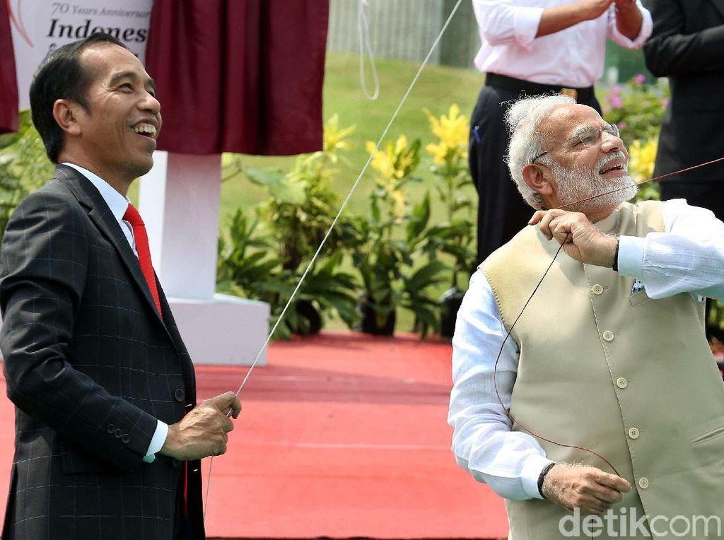 Jokowi dan PM India Bermain Layang-layang di Monas