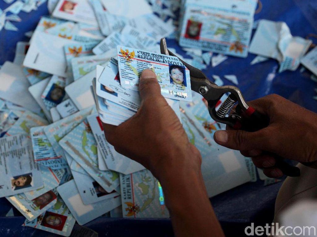 e-KTP Rusak yang Tercecer di Bogor Dipotong
