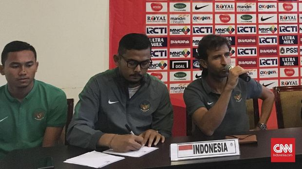 Bayu Eka Sari (tengah) ketika menemani Luis Milla dalam sesi konferensi pers.
