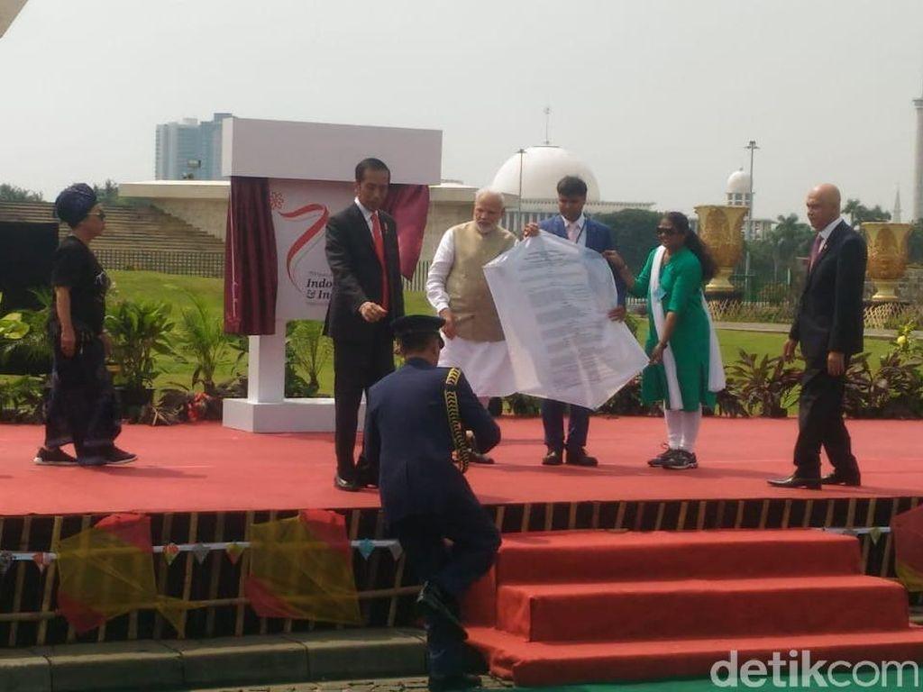 Jokowi-PM India Main Layangan Bareng di Monas