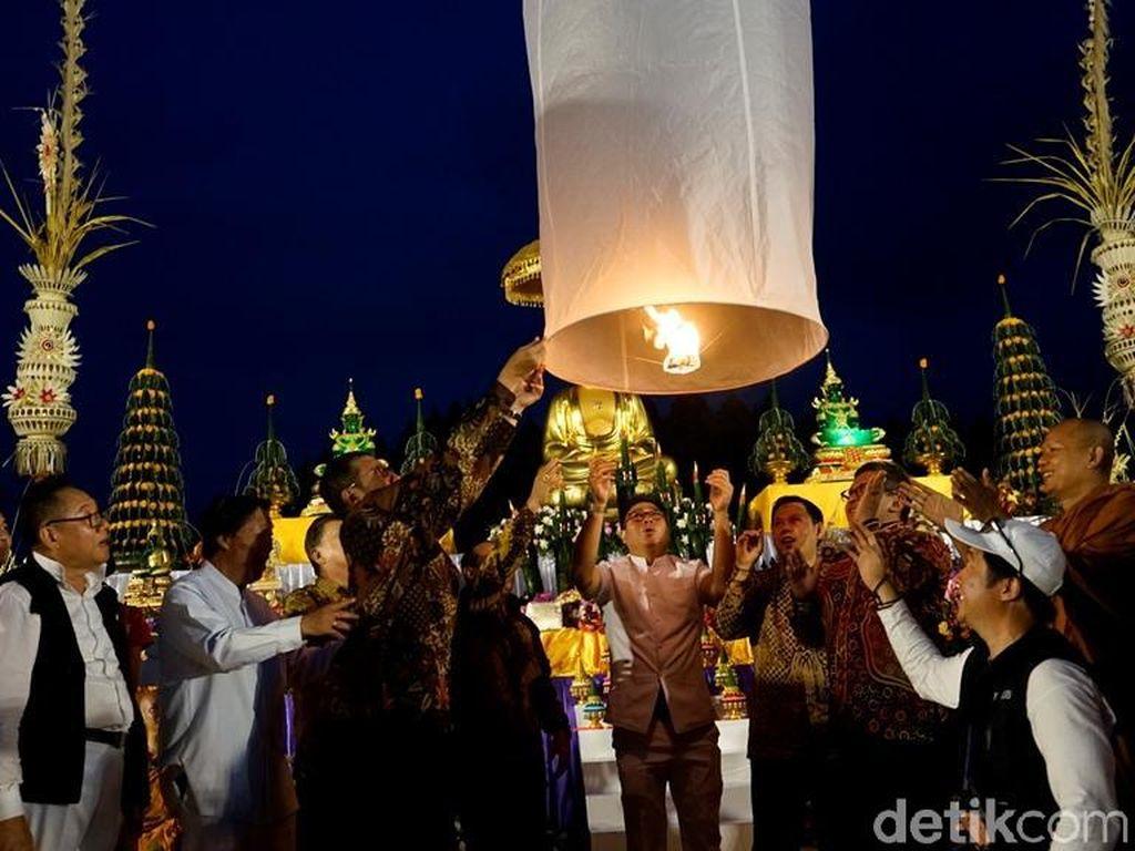 Meriahnya Penerbangan Lampion Waisak yang Ditunggu-Tunggu Wisatawan