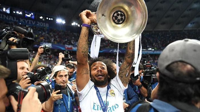 KIEV, UKRAINE - MAY 26:  Marcelo of Real Madrid lifts The UEFA Champions League trophy following his sides victory in the UEFA Champions League Final between Real Madrid and Liverpool at NSC Olimpiyskiy Stadium on May 26, 2018 in Kiev, Ukraine.  (Photo by Michael Regan/Getty Images)