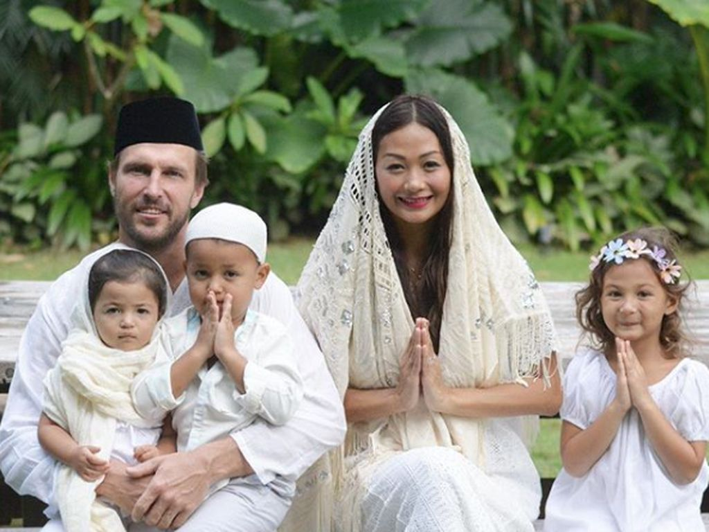 Kisah Selebriti Indonesia yang Menikah dengan Bule Mualaf