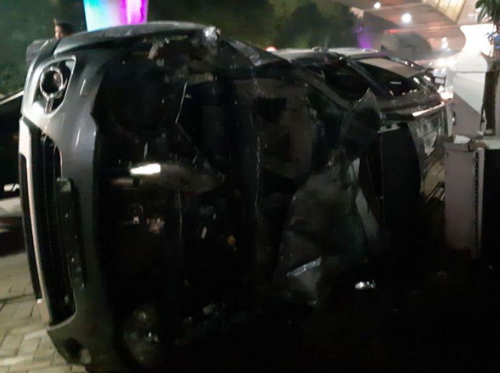 Mobil Terguling di Jalan Prapanca Jaksel