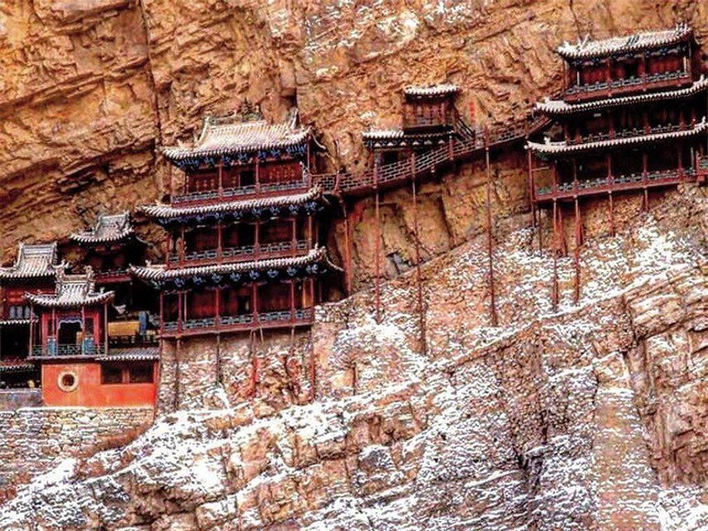 Foto: Kuil Cantik nan Ekstrem di Tebing Gunung China