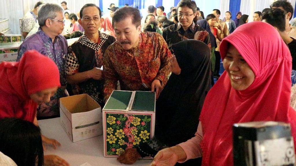 Pemberian Paket Sembako Gratis untuk Masyarakat