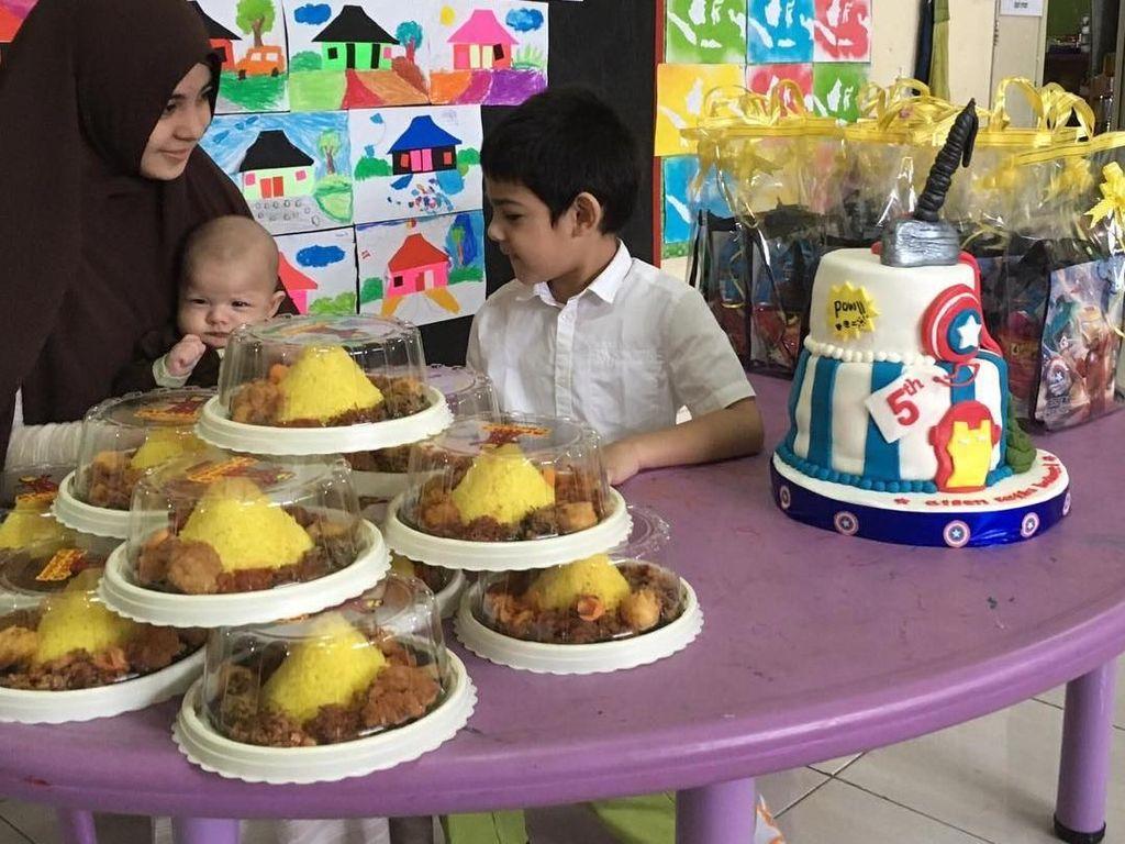 Manisnya Risty Tagor, Saat Suapi Putranya dan Makan Bersama Teman