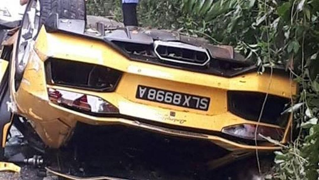 Brak! Lamborghini Terguling dan MINI Ringsek