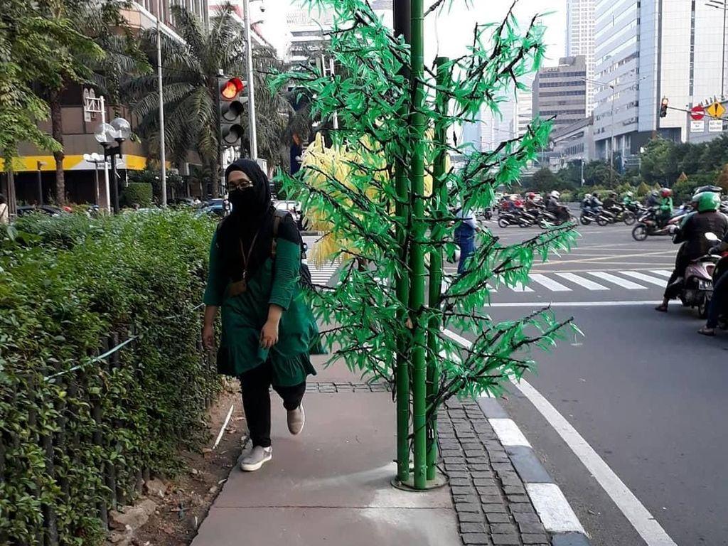 Tak Dianggarkan oleh Anies, Pohon Imitasi Dibeli di Zaman Ahok