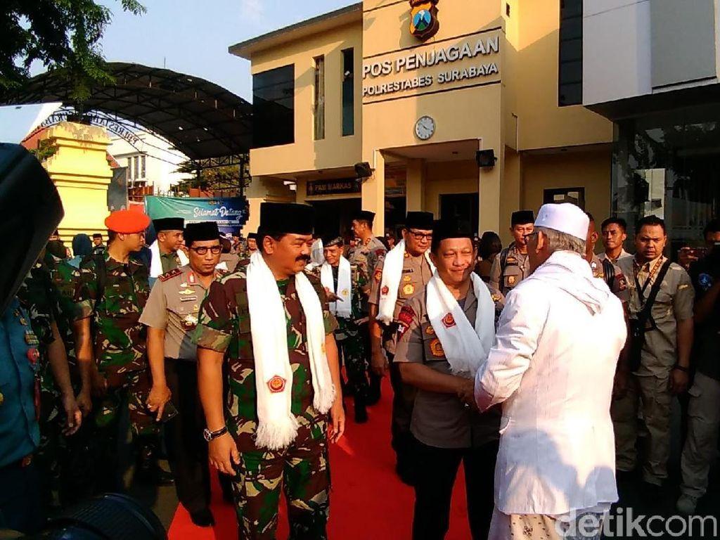 Kapolri dan Panglima TNI Bukber di Polrestabes Surabaya