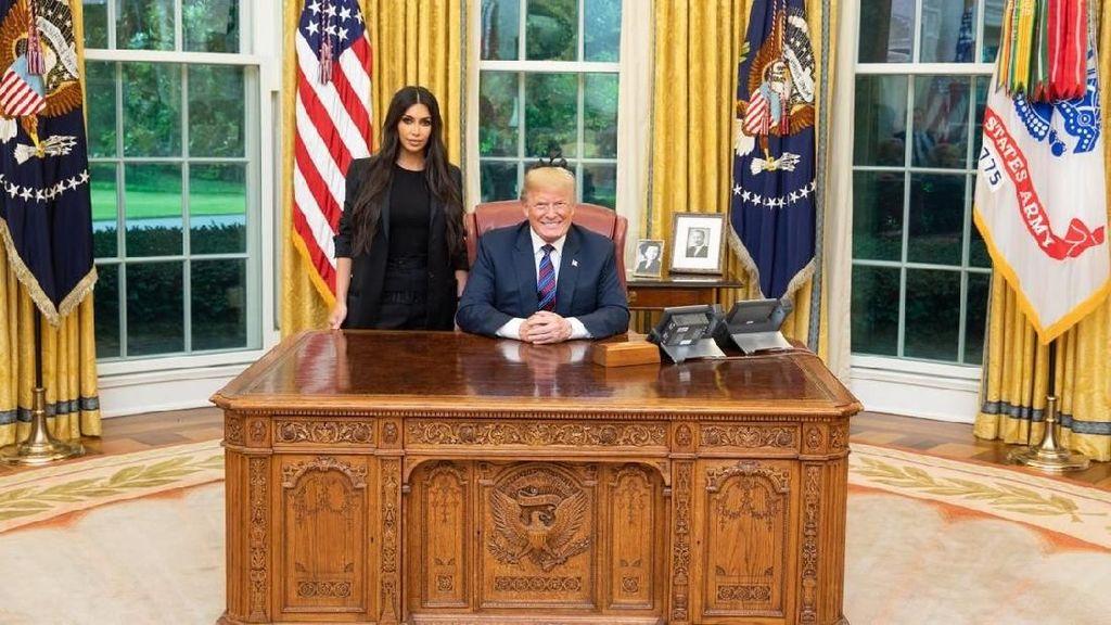 Gaya Maskulin Kim Kardashian Saat Temui Donald Trump