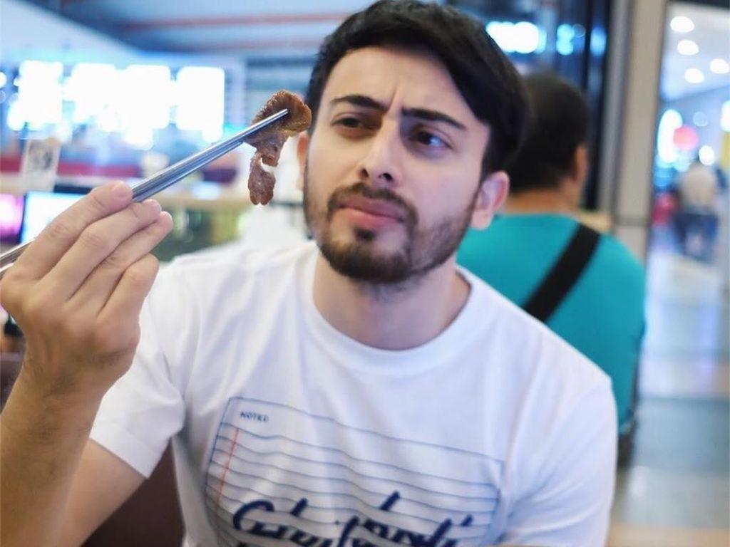 Mengintip Pose Makan Irvan Farhad, Suami Hijabers Cantik Hamidah Rachmayanti