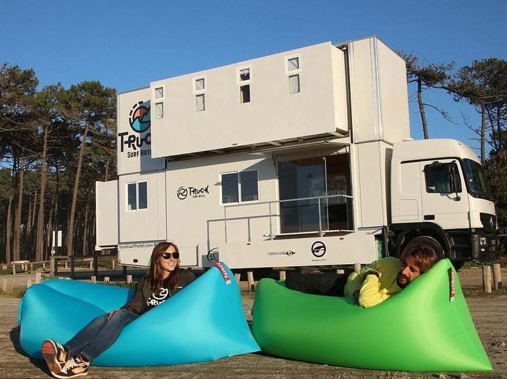 Keren! Pasangan Ini Sulap Truk Jadi Hotel Buat Para Surfer