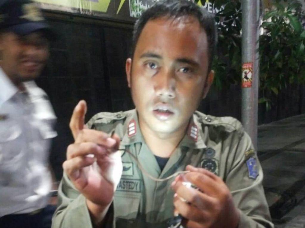Hii, Ada Ular di Jok Motor Warga Surabaya