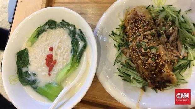 Restoran Green Common mengusung menu vegetarian, sehingga halal.