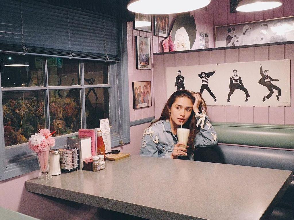 Begini Gaya Cantik Yasmine Wildblood Saat Makan di Paris hingga Santorini