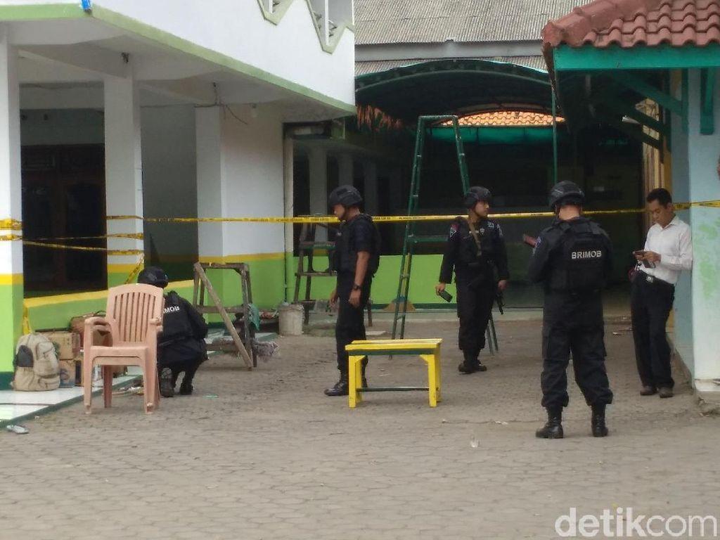 Warga Tegalsari Cirebon Digegerkan Benda Mencurigakan di Masjid