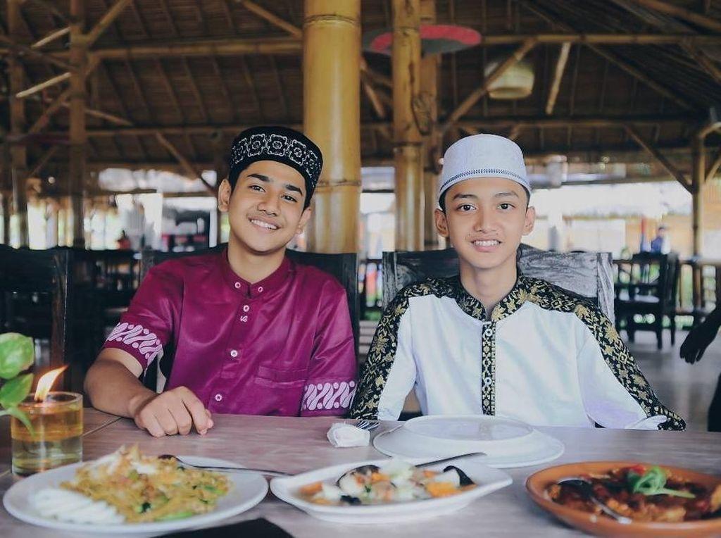 Mengintip Gaya Makan Pesinetron Sekaligus Qori Muda Tampan, Syakir Daulay