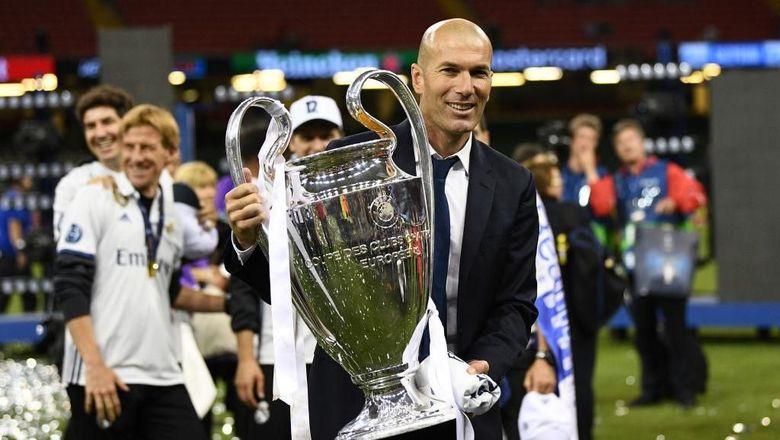 Zinedine Zidane salah satu pelaku sepakbola tersukses di dunia. Dia berhasil memenangi Ballon dOr pada 1998, Liga Champions 2001/2002, dan pahlawan Prancis di Piala Dunia 1998. Dia juga baru saja meraih hat-trick Liga Champions sebagai pelatih. (Foto: David Ramos/Getty Images)