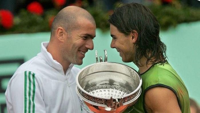 Zinedine Zidane saat menyerahkan trofi Prancis Terbuka 2005 ke Rafael Nadal (Foto: CHRISTOPHE SIMON/AFP)