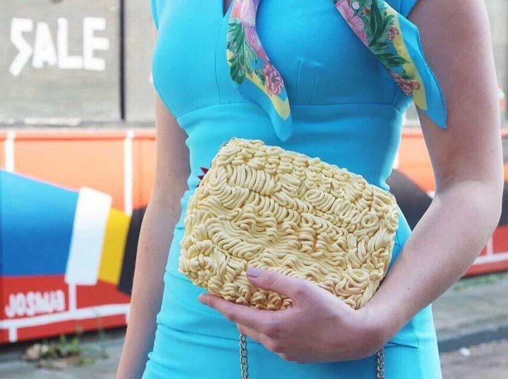 Kreatif! Tas Bentuk Mie yang Cocok Bagi Penggemar Berat Mie Instan