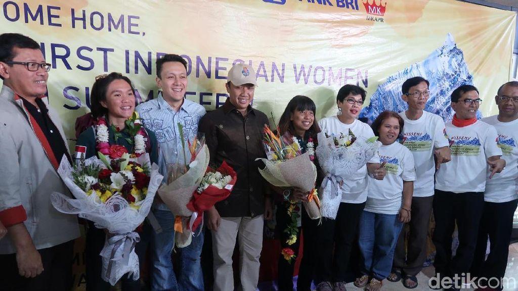 Penuh Haru, Menpora Sambut 2 Pendaki Wanita Indonesia yang Daki 7 Puncak Dunia
