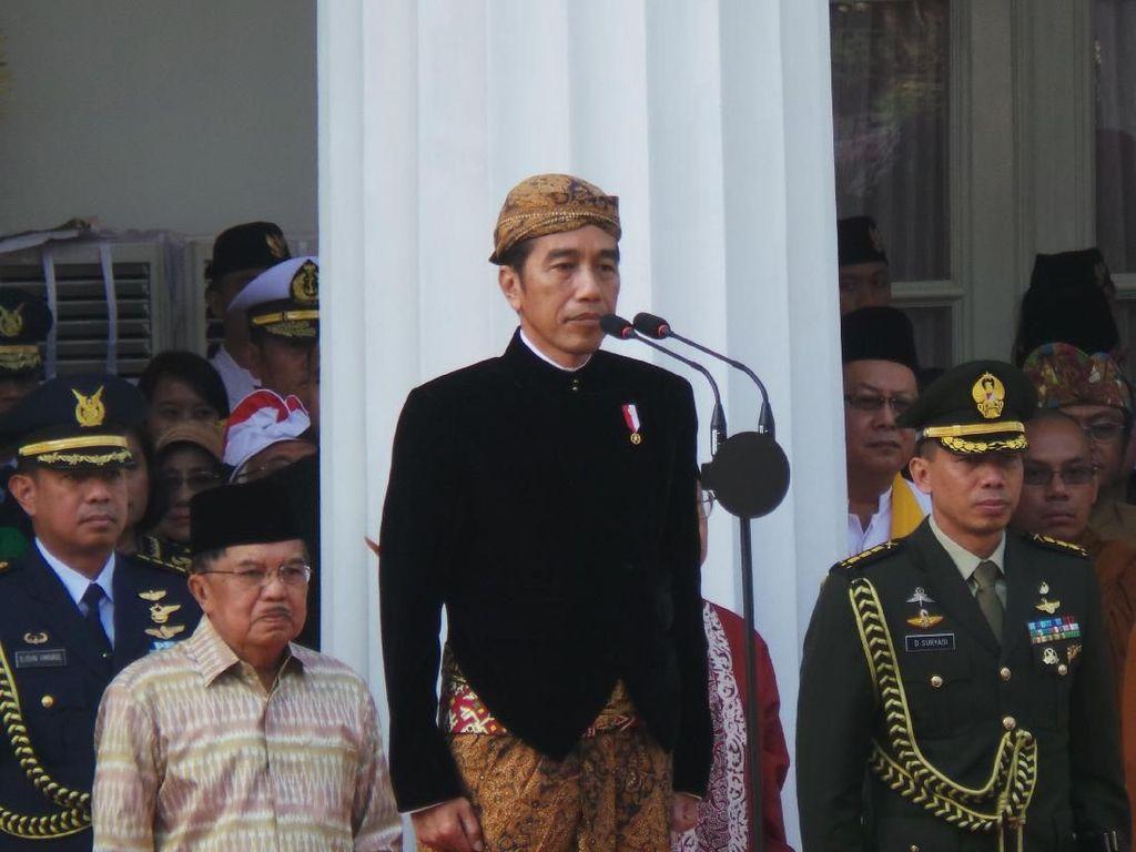 Gaya Jokowi Berbaju Adat Jawa Pimpin Upacara Hari Lahir Pancasila
