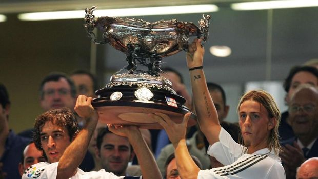 MADRID, SPAIN - AUGUST 23: Real Madrid`s captain Raul Gonzalez (L) and Jose Maria Gutierrez Hernandez hold up the Santiago Bernabeu cup after beating a U.S. Major League Soccer all-star selection at the Bernabeu on August 23, 2005 in Madrid, Spain.  (Photo by Denis Doyle/Getty Images)