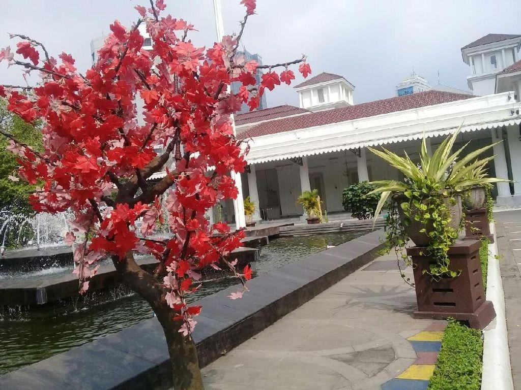 Foto: Warna-warni Pohon Imitasi Percantik Balai Kota dan DPRD DKI