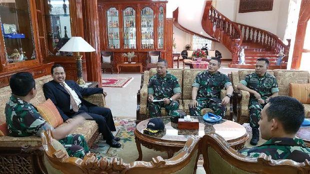 Diubes RI untuk Kamboja Sudirman Haseng menerima Delegasi Paspampres RI