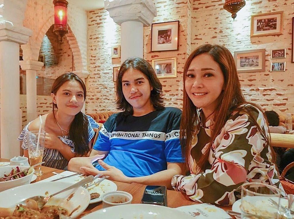 Sweet! Ini Momen Makan El Rumi Bersama Maia Estianty dan Marsha Aruan